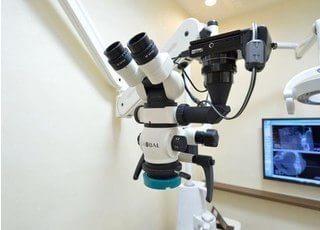 マイクロスコープです。患部を拡大して見る事が可能で、肉眼よりも精密な治療を行うことができます。
