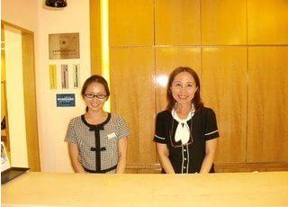 受付ではスタッフが笑顔でお迎えします。