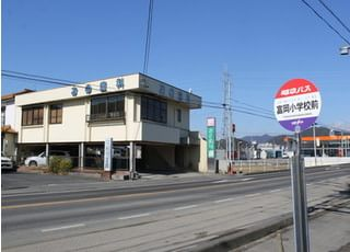 当院の外観です。バス停も近くにございます。