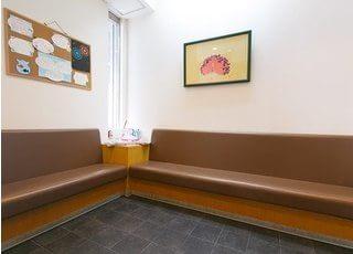 待合室です。こちらでおかけになってお待ちください。
