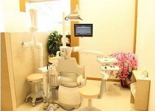 診療室には患者様にリラックスしていただくために花などの植物を置いています。