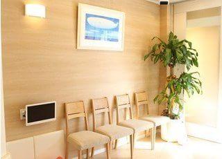 待合室には絵や植物を置き、リラックスできる環境になっています。