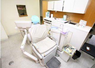 診療チェアです。パーテーションで仕切られていますので、プライベート空間の確保ができます。