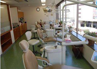 診療室は窓に面しており、開放感が得られます。