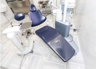 診療チェアは足を伸ばしてお座りいただけます。