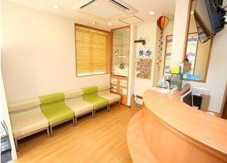 待合室です。診療前後はソファーにお掛けになってお待ちください。