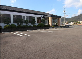 医院前の駐車場をご利用下さい。