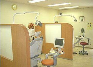診察室はオレンジを基調として明るい雰囲気です。