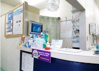 明るい雰囲気の受付では、歯科用品も取り揃えています。