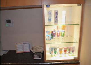 各種歯科用品を取り揃えています。お求めの際はスタッフまでお声掛けください。