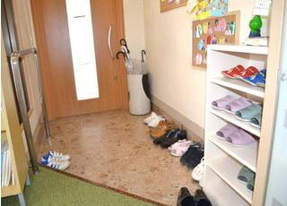 玄関でスリッパにお履き替え下さい。