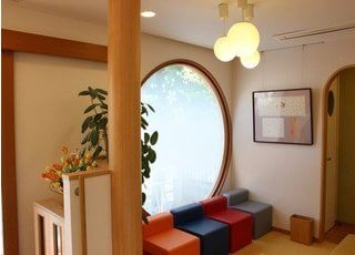 待合室です。大きな窓があるので明るいです。