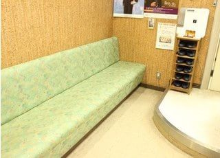 待合スペースです。爽やかなグリーンのソファで、ゆっくりおくつろぎください。