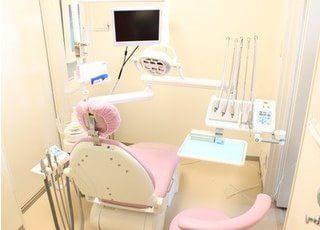 診療室です。モニターが付いていて治療が受けやすい環境になっています。