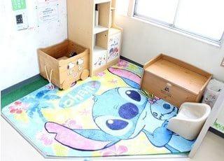 キッズスペースです。小さなお子様はこちらで遊びながらお待ちいただけます。