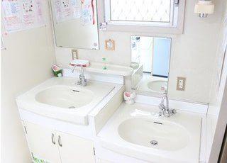 洗面台です。高い位置と低い位置に設置しているので、小さなお子様も届きやすく安心です。
