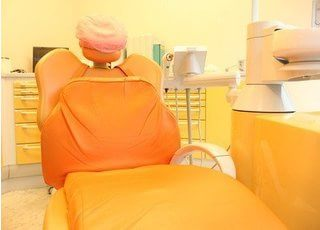 オレンジ色の明るい診療チェアです。