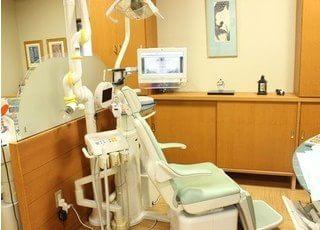 診療チェアです。モニターを使用しながら、丁寧にご説明致します。