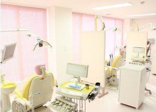 診療室は明るく落ち着いて治療を受けていただけます。