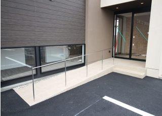 入口にはスロープがあり院内は、車椅子の方でも入れるようバリアフリーとなっております。