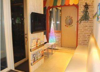 広々とした待合室にはテレビもご用意しております。