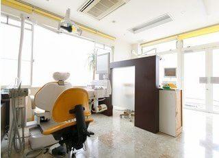 診療室は清潔感があり、広く快適な空間になっています。