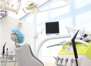 診療チェアです。診療中はリラックスしていただけるように映像を流し、説明時には画像を使った説明が行えます。