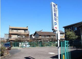駐車場です。医院の右奥にあり、9台駐車可能です。