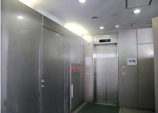 ビルのエレベーターで6階まで上がってください。