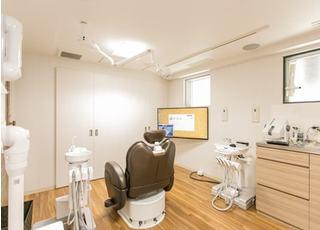 診療室は木目調で温かみがある空間です。