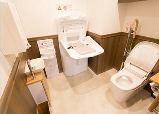 お手洗いは清潔さを維持し、お子様連れや車イスの方も使用できる広さです。