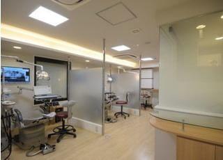 診療スペースはパーテーションで区切られています。