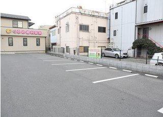 駐車場は8台駐車可能ですので、お車でもご来院しやすいです。