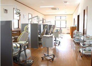 広い診療室は、パーテーションで仕切られています。
