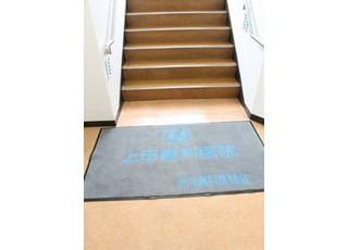 こちらの階段をおあがりください。