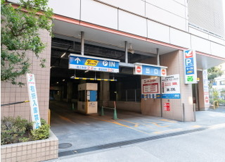 ショッピングセンター内の駐車場をご利用ください。