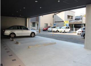 お車でお越しの際にはこちらの駐車場をご利用ください
