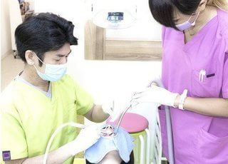 診療風景です。歯を削らなければいけない場合も、表面麻酔と極細の注射針を使用して麻酔を行うことで痛みをほとんど感じずに治療を受けていただけます。