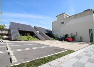 医院前には駐車場をご用意しております。