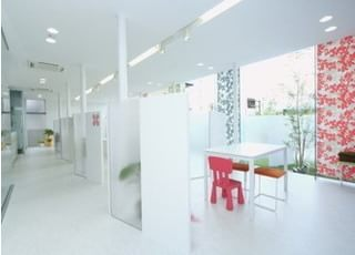 診療室はパーテーションで仕切られていますので、プライベート空間の配慮しています。