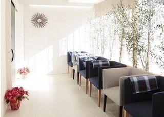 待合室です。お待ちの間もリラックスしてお過ごしいただけるよう、ゆったりとしたスペースをご用意しています。