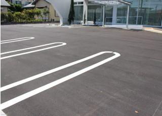 広く停めやすい駐車場になります。