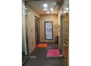 入江ビルの2階にございますので、こちらのエレベーターも合わせてご利用ください。