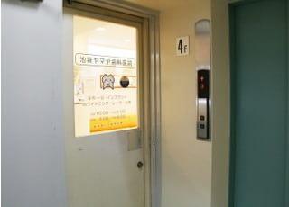 当院は、4階のエレベーターを降りたすぐ横にあります。お待ちしています。