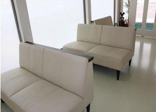 待合室です。リラックスできる真っ白のソファを設置しております。