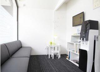 待合室です。黒と白を基調に、落ち着いた雰囲気になっています。