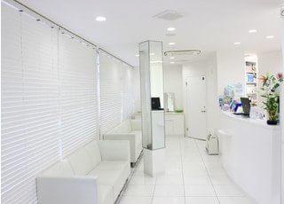 清潔をモットーに、白を基調とした待合室です。