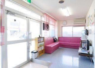 待合スペースです。可愛らしいピンク色のソファで、おくつろぎください。