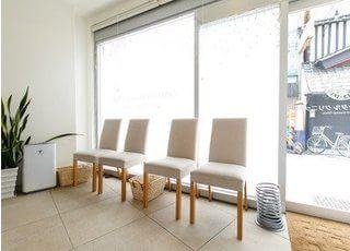 待合スペースです。日の光が差し込み、気持ちよく治療が受けられます。