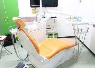 診療ユニットでは、大画面モニターで口内の状態を確認できます。